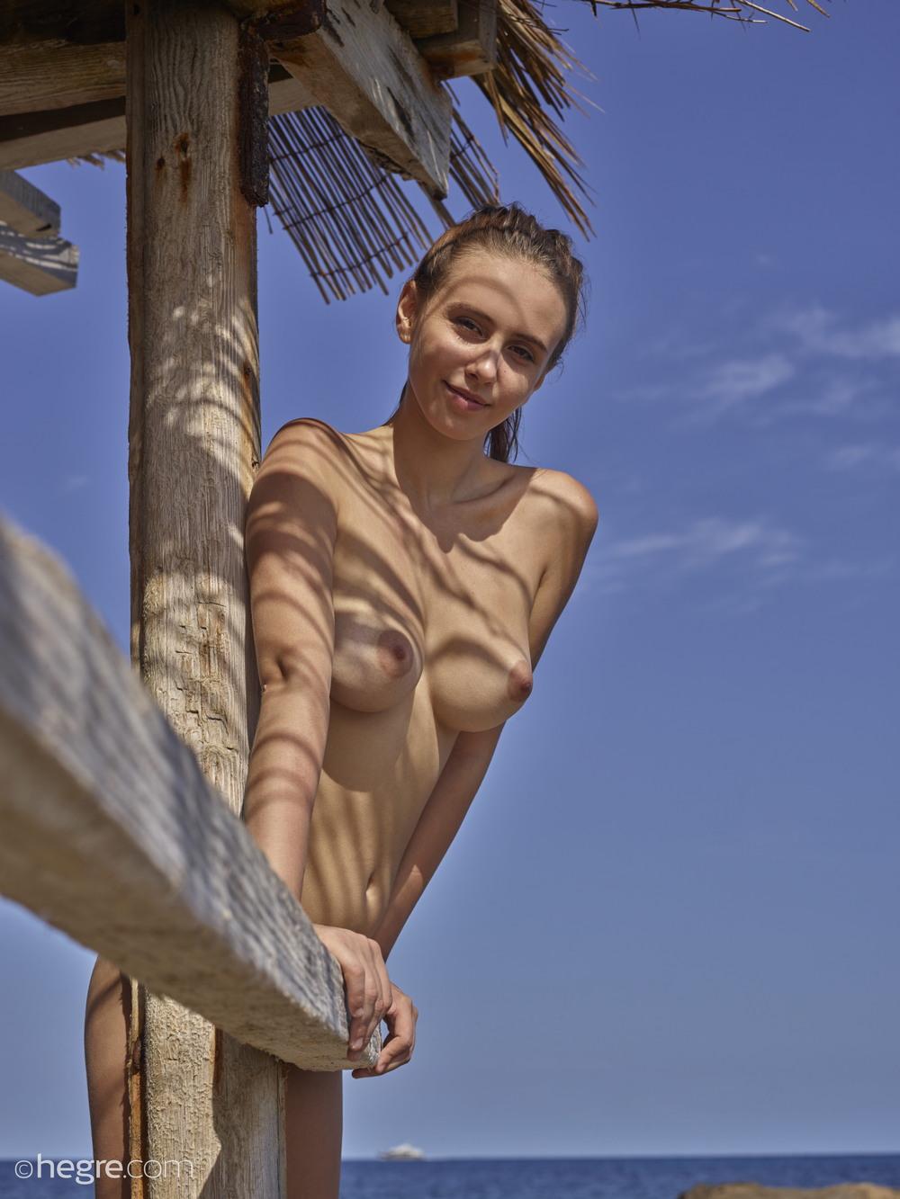 Обнаженная Алиса принимает солнечные ванны на  Ибице