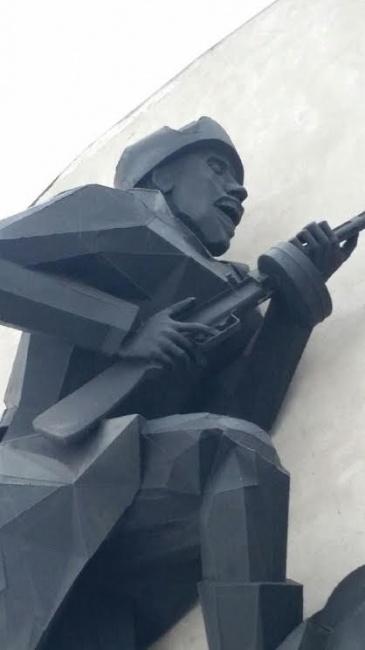 Скульпутура солдата на фасаде музея
