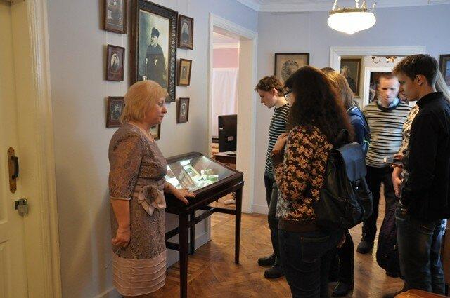 старший научный сотрудник музея Т.Ю. Синякова ведет экскурсию