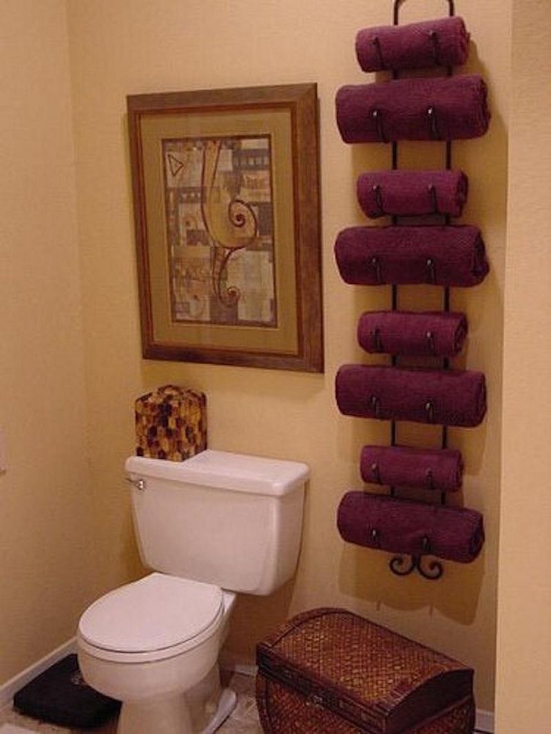 Используй два крючка для одежды, чтобы спрятать гладильную доску за дверью.