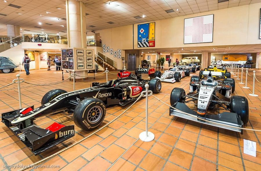 43. Много автомобилей из «Формулы-1».