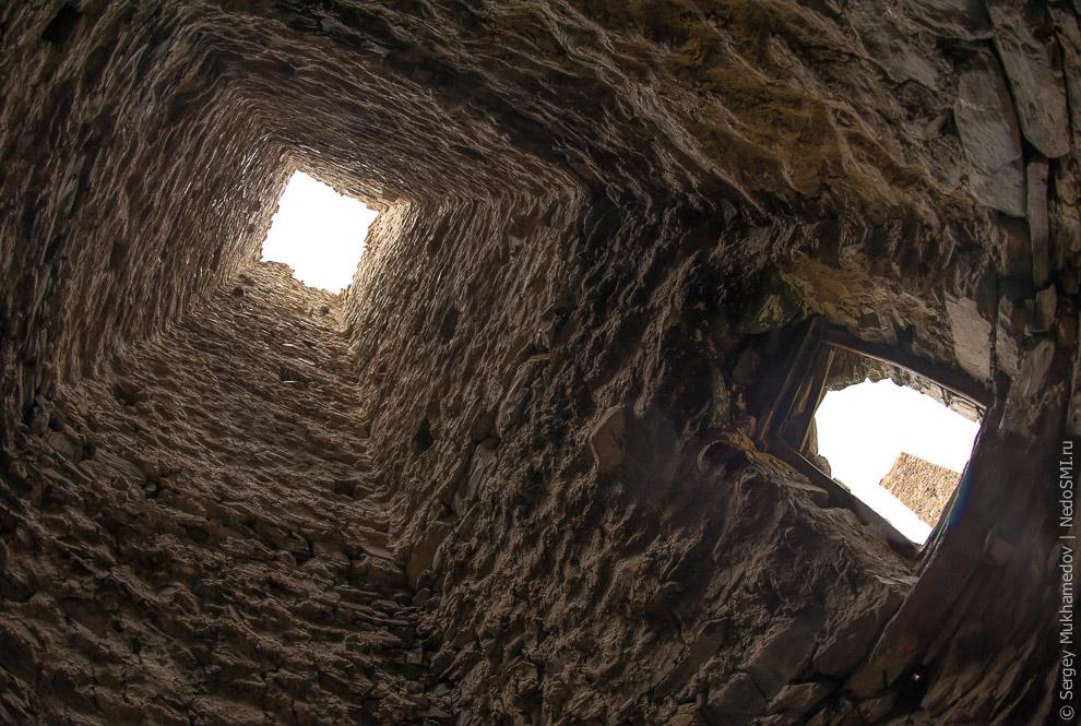 8. В башнях было все необходимое, они могли выдержать длительную осаду и даже поджигать их было