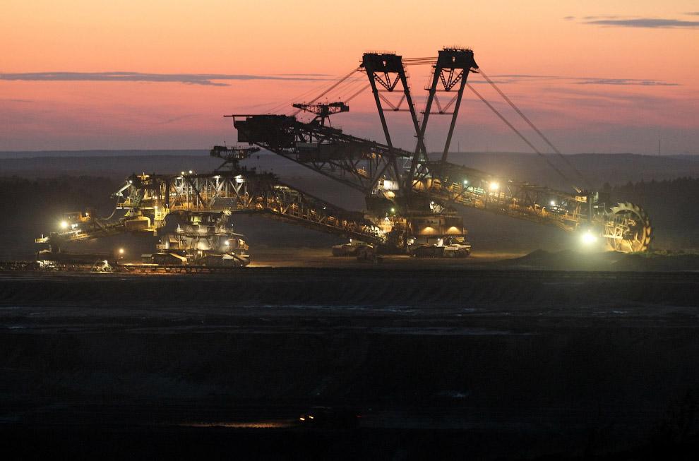 16. Гигантские машины. В кузове этого грузовика находится около 250 тонн угля. (Фото AP Photo |