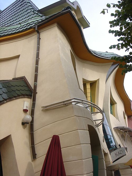 5. Если вы захотите воочию полюбоваться Кривым домом, то вам стоит отправиться в Польшу по адресу го