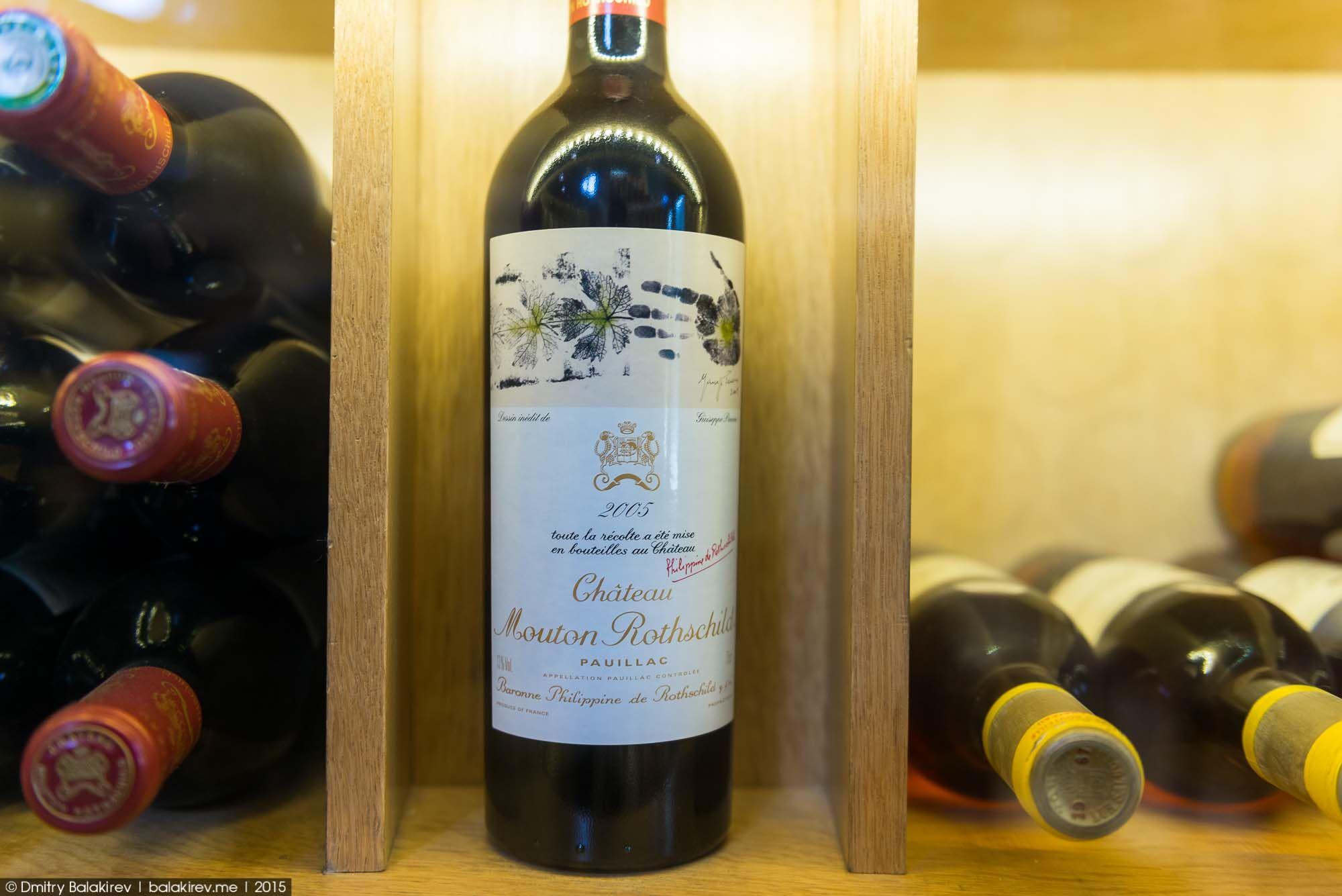 Кстати, объём некоторых бутылок здесь может достигать 16 литров! Они находятся на самом верху.