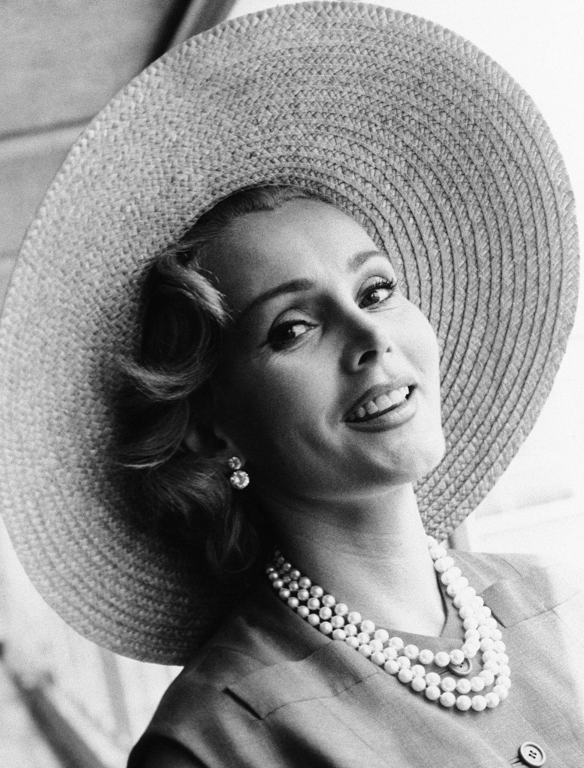 Жа Жа Габор в лондонском аэропорту 14 июля 1955 года. AP PHOTO.
