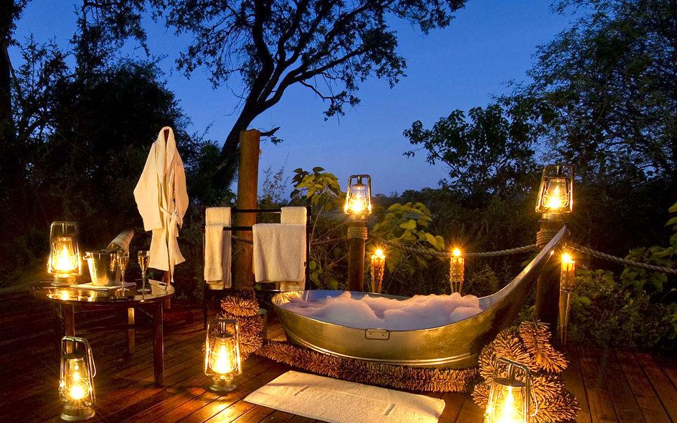 4. Пока вы нежитесь в пене ванны туристического лагеря Sanctuary Baines' (Ботсвана), мимо впол