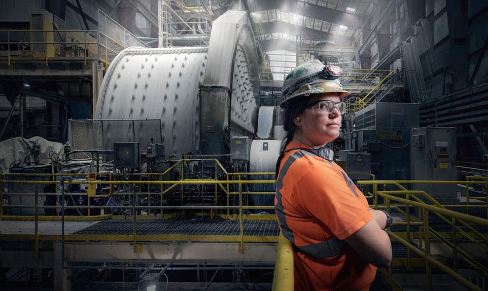 Джордан Эйнсворт, оператор прокатной установки на золотом месторождении Раунд-Маунтин, Невада.