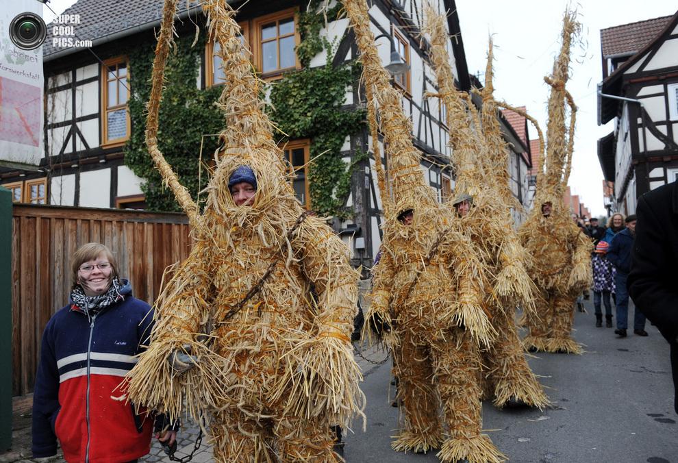Главные герои в традиционных костюмах «соломенных медведей» шествуют по улицам Хельдры.(UWE ZUC