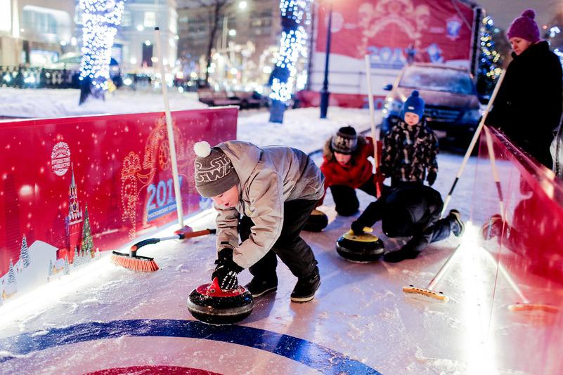 Неподалеку от памятника Тимирязеву учат играть в керлинг и кататься на сноуборде. Кроме того, каждый