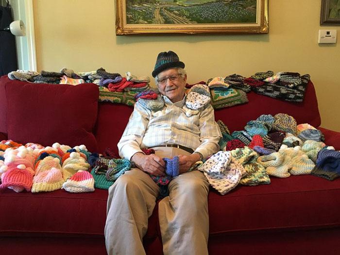 На вязание первой шапочки ушло более трех часов, но, немного потренировавшись, дедушка стал делать и