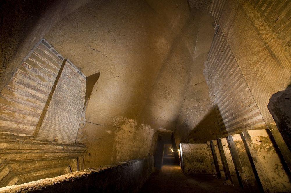 Сейчас эти подземные ходы вместе с их мусором превратили в музей под названием Galleria Borbonica, г