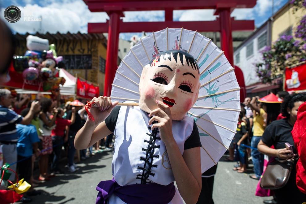 Женщина принимает участие в праздновании Нового года в районе Либердади,Сан-Паулу, Бразилия, гд