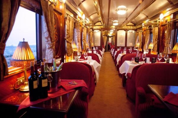 Невероятно уютный и удобный поезд следует через всю Шотландию. Один из вагонов превратили в спа-цент