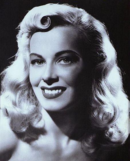 Сира Марти известна как наиболее часто фотографируемая женщина из Швейцарии в 1940-х годах. В 19