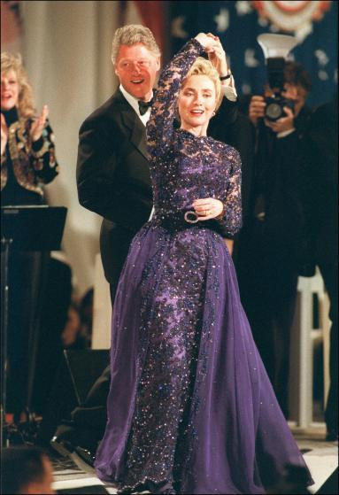 1993 год, Хиллари Клинтон, платье Сары Филлипс — малоизвестного на тот момент дизайнера. Сообщается,