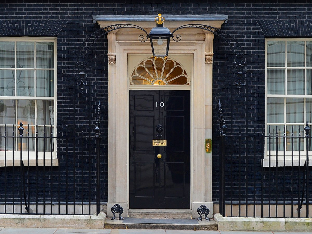 А вот премьер-министр Великобритании живет в Лондоне по адресу Даунинг-стрит, 10 — в доме, который Г