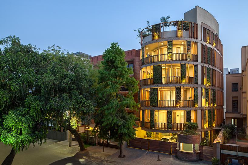 Жилое здание округлой формы в Нью-Дели (10 фото)