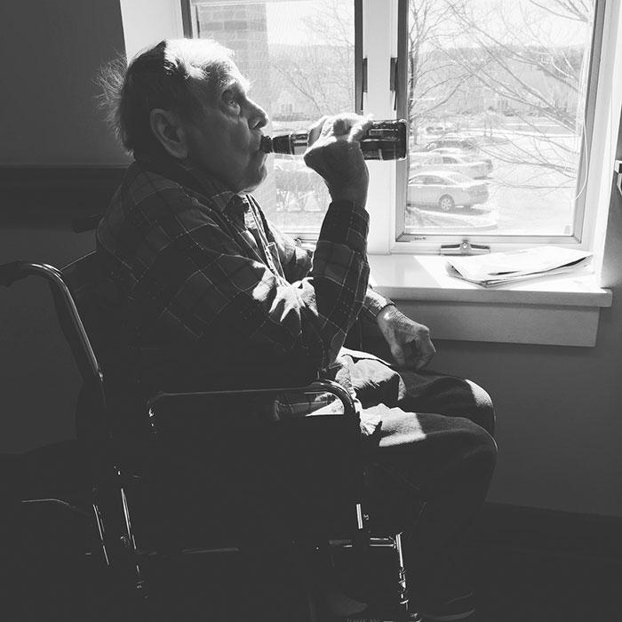 За неделю до смерти этого пожилого человека его внук протащил в хоспис его любимое пиво. Это было ег