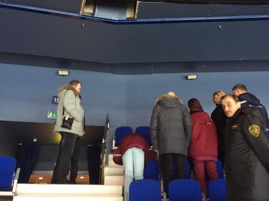 Выпавшая изVIP-ложи болельщица травмировала женщину впроцессе матча КХЛ