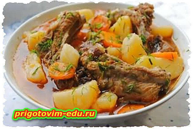 Картошка тушеная с ребрышками и овощами