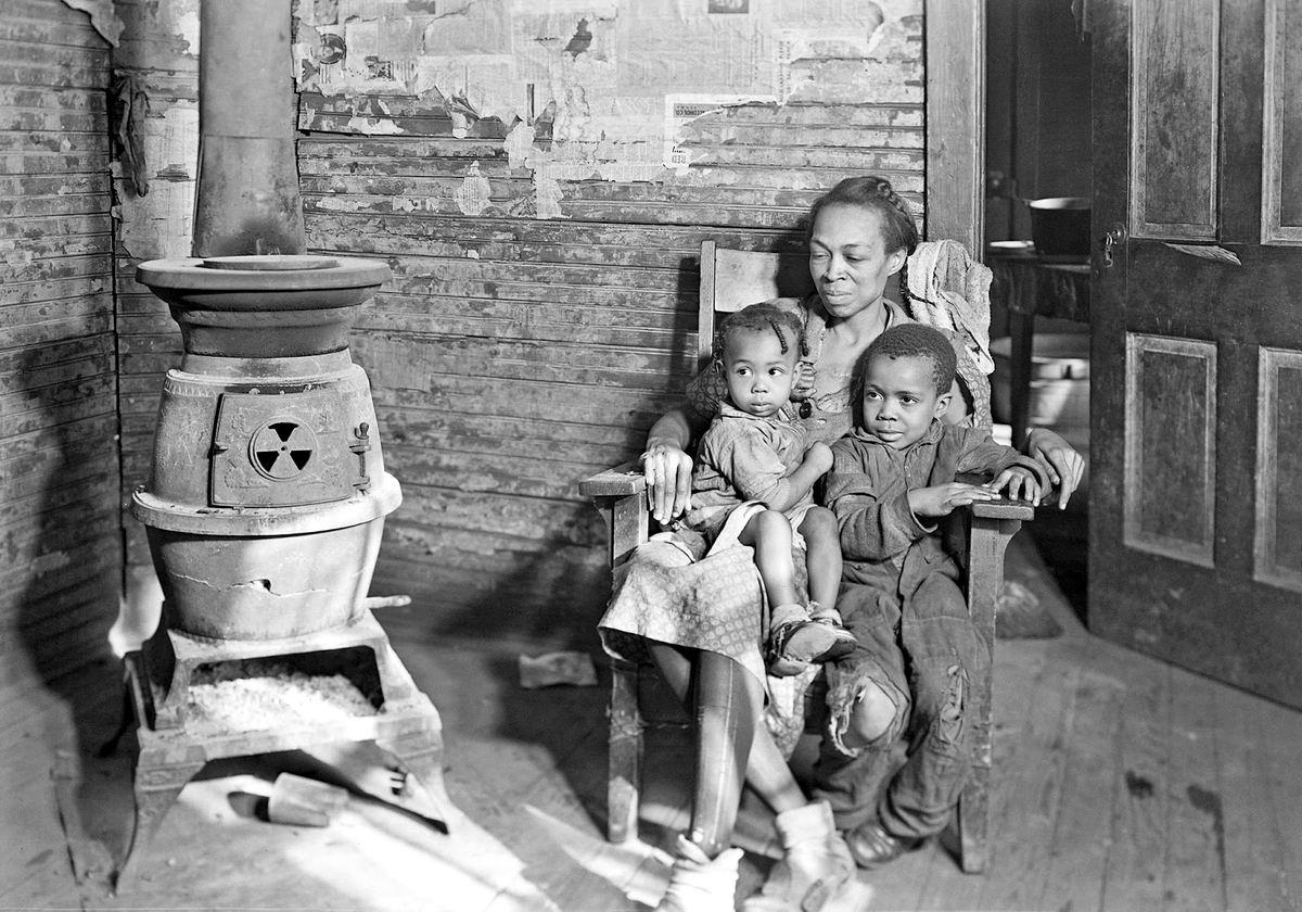 А сейчас я вам расскажу сказку: Чернокожая мама со своими детишками у чугунного очага (США, 1937 год)