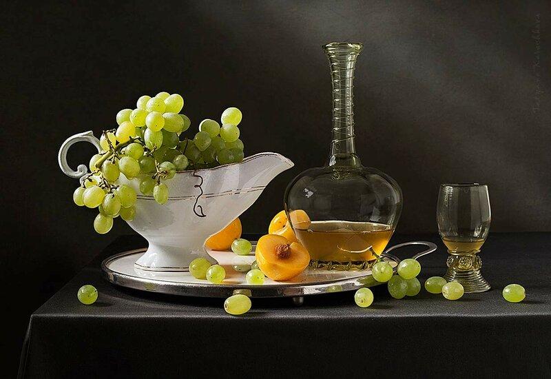 Прозрачный виноград рассыпан на столе...