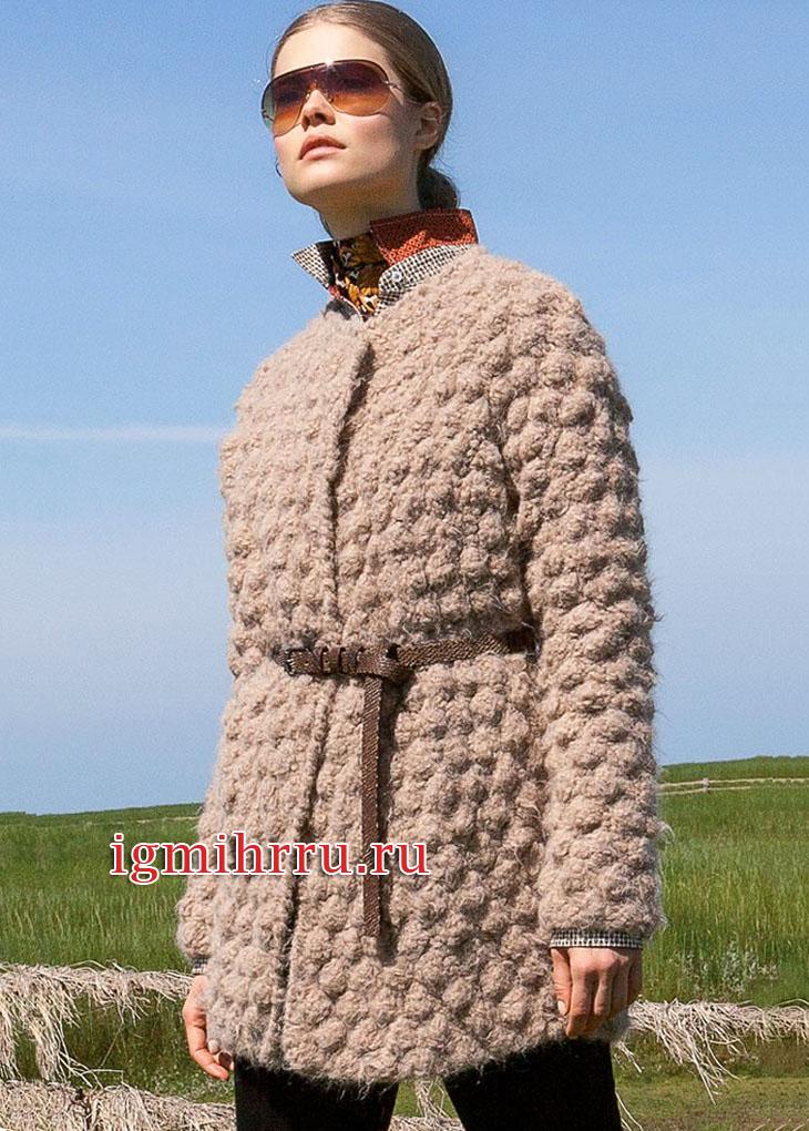 Теплый жакет цвета верблюжьей шерсти с крупными шишечками. Вязание спицами