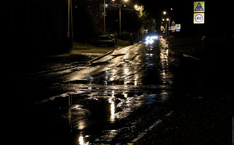 Свечение на мокрой после дождя дороге Каменск-Уральский улица Шестакова
