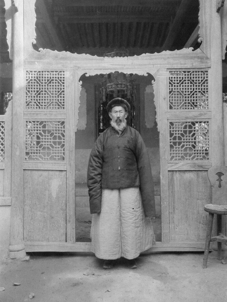 Местный бек, хозяин дома, где жил Маннергейм, в официальной одежде возле ворот своего дома