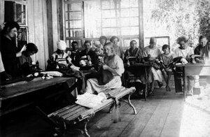Челябинск. Трудовая школа им. Карла Либкнехта и Розы Люксембург. В швейной мастерской. 1922
