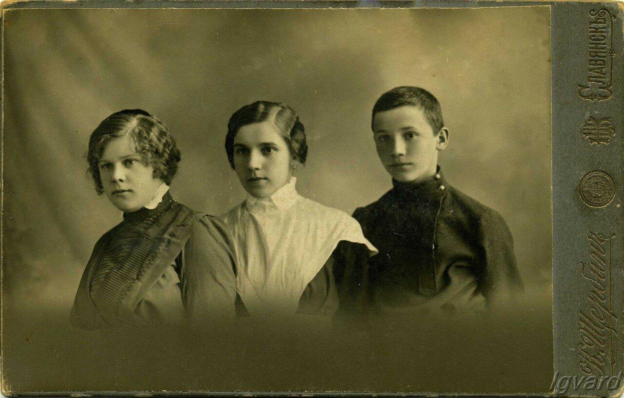 1915. Дети Степана Ефремовича Легуша.  Мария, Лёля, Василий (расстрелян в 1937)
