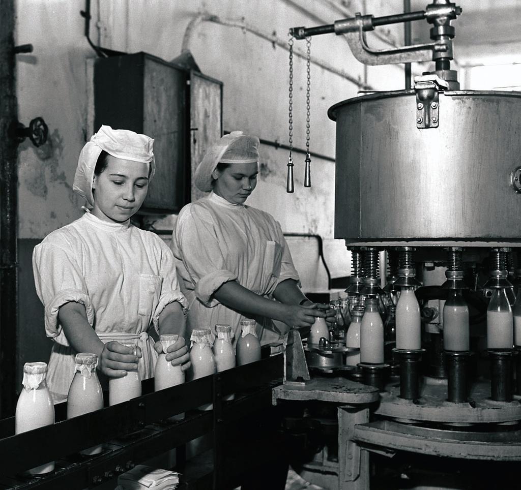 Челябинск. Молочный завод. Цех разлива молока (1954)