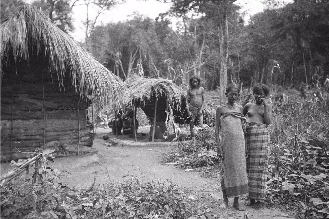 148. Биндога. Женщины перед домом