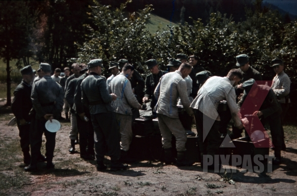stock-photo-food-distribution-in-tramslandeck-austria-1941-pontlatz-kaserne-11310.jpg