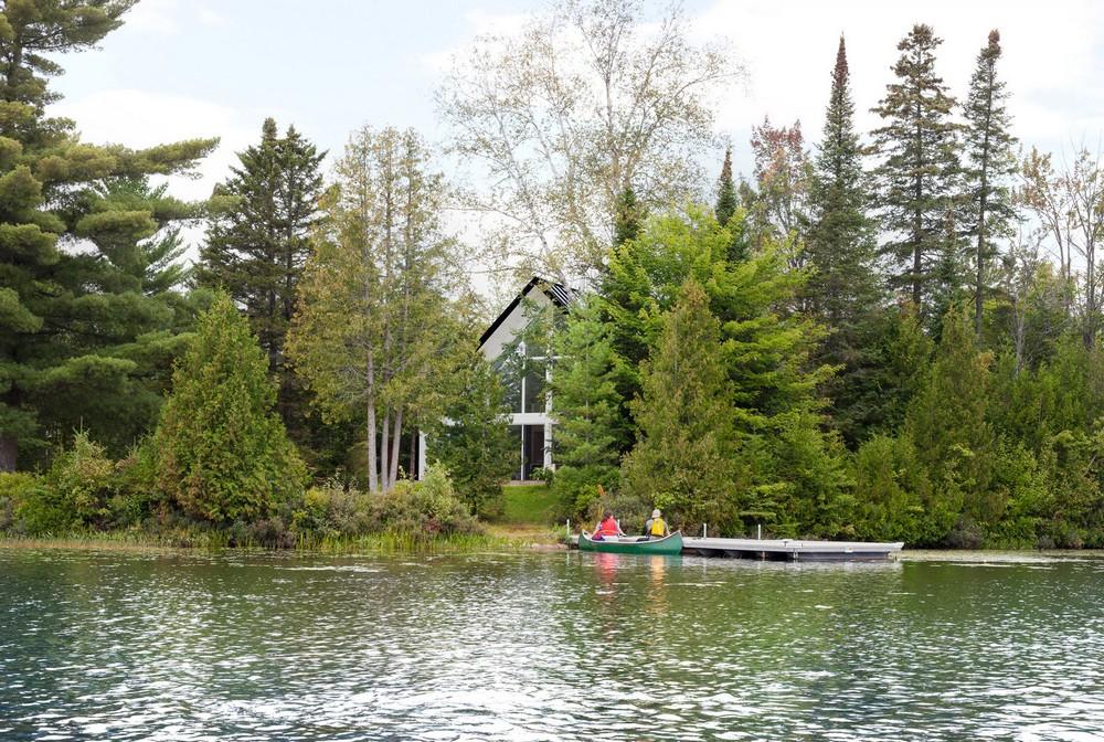 Шале на берегу живописного озера в Канаде