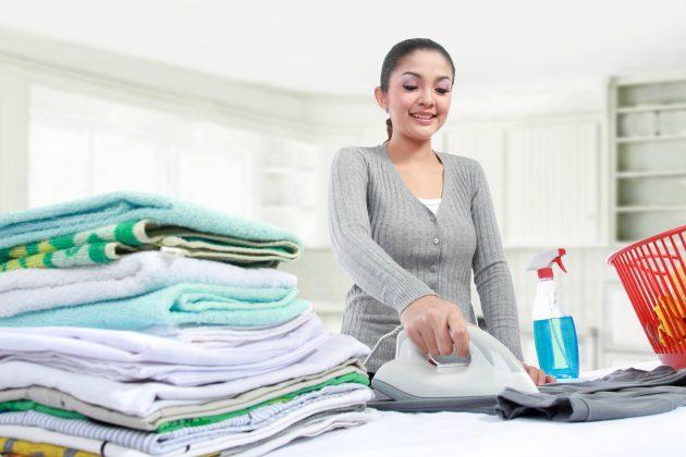 Платье, которое нельзя гладить при высоких температурах, подержите над тазом с горячей водой. Затем