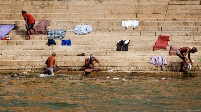 А кто-то стирает одежду традиционным индийским способом.