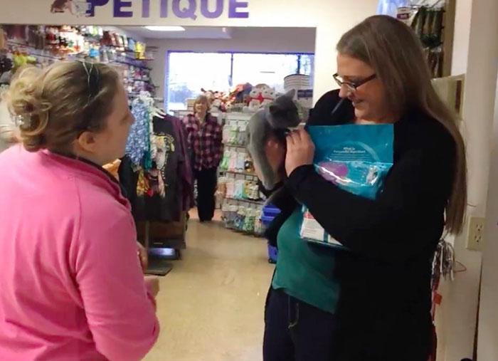 Кэт рассказывает газете Metro: «В Обществе мне вручили котенка и попросили взглянуть на кулон на его