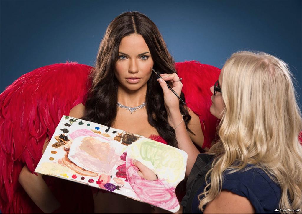 Затем художник использует масляные краски, чтобы придать фигуре точный цвет кожи реального человека.