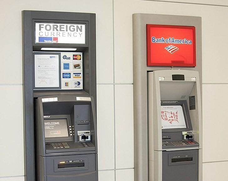 36. В целях экономии вместо пунктов обмена валюты в аэропорту пользуйтесь банкоматами. Большинство б