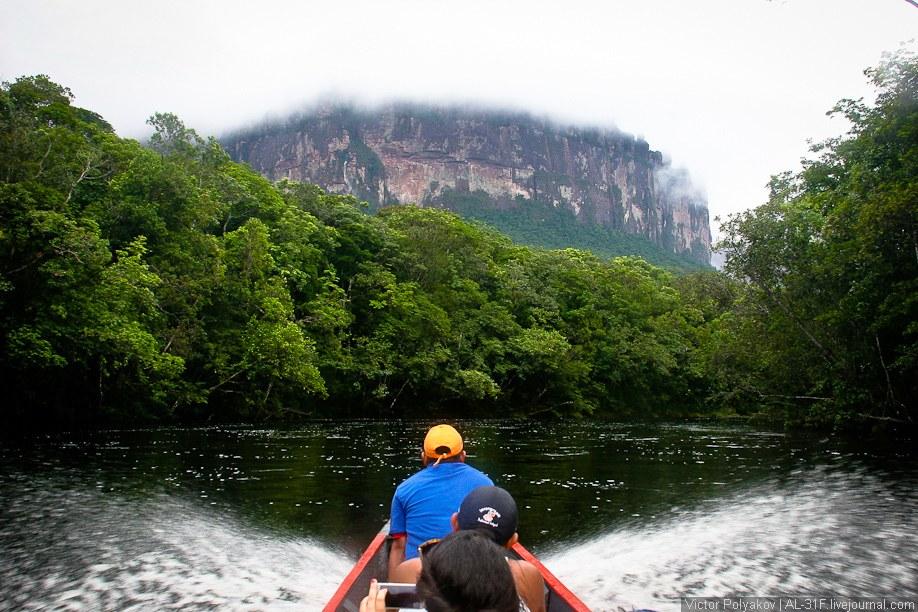 После дождя на стенах гор появляются десятки, сотни новых водопадов.