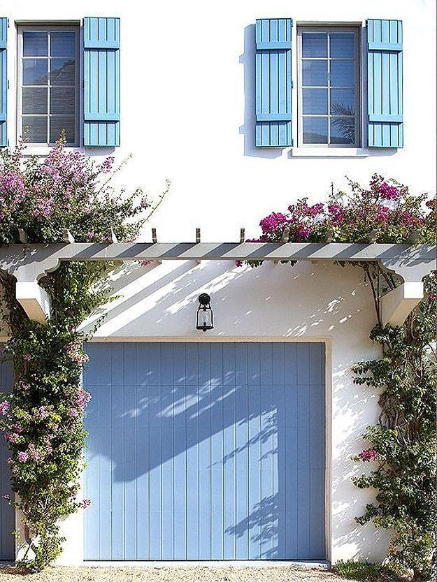 30. Обновите дверь гаража свежим слоем краски любимого цвета.
