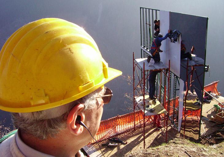 Установленное на горе зеркало размером 8×5 метров отражает солнечный свет и освещает площадь в