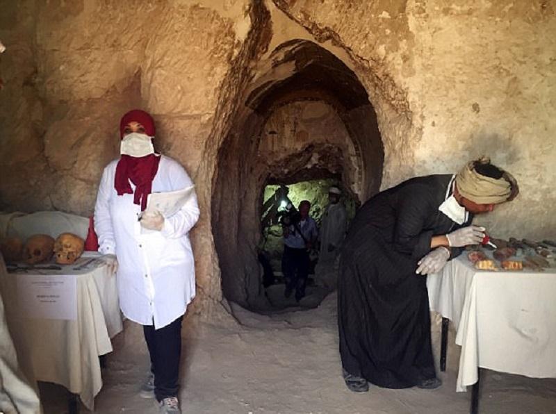 Ее вскрывали в времена 21-й династии, добавив больше мумий. Это было примерно 3000 лет назад, когда