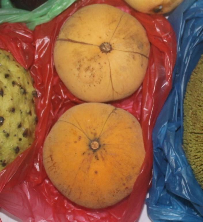 Редкий фрукт с Филиппин, купил его на острове Негрос. На вкус отдаленно напоминает апельсин, но съед