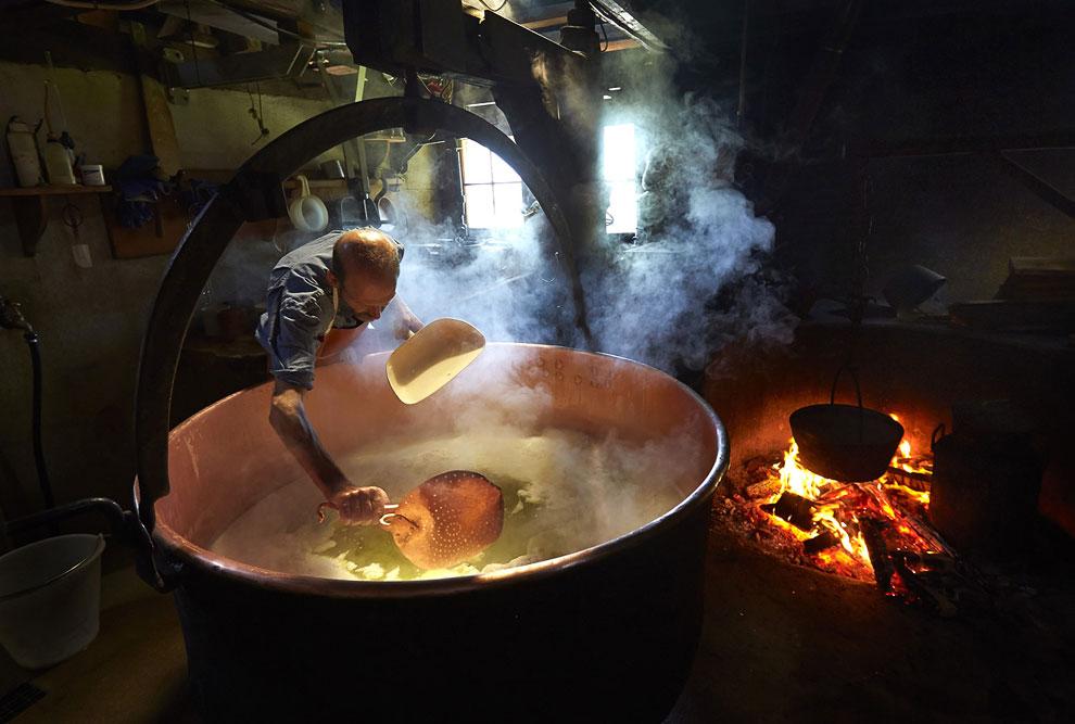 По окончании варки, сырная масса отфильтровывается от сыворотки и помещается в специальные форм