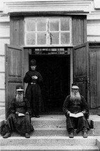 Послушники у входа в часовню.