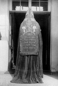Схимник у входа в монастырское здание.