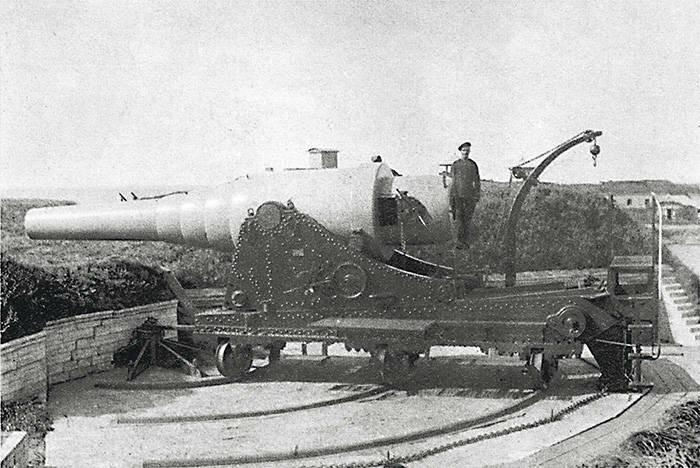 14-дюймовая опытная пушка, установленная на батарее 11-дюймовых орудий левого фланга форта Константин.